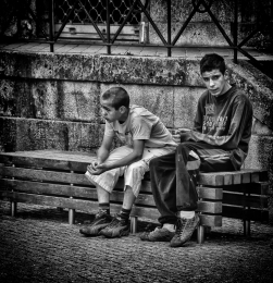 Jovens sentados