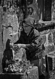 Mulher lavando alfaces