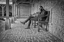 JF lendo em Versalhes