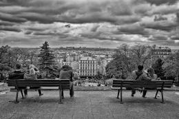 Bancos de jardim com Paris ao fundo