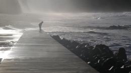 Açores, o menino e o mar tempestuoso .