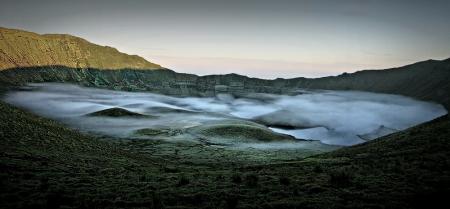 O esmeralda amanhecer na cratera